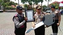 Polisi Humanis ini Mendapat Penghargaan dari Kapolda Jatim