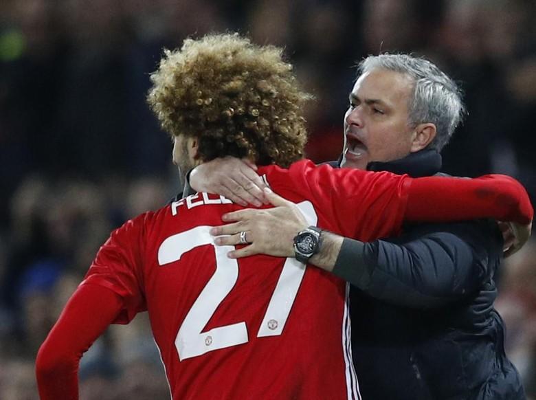 Makna Pelukan Fellaini untuk Mourinho