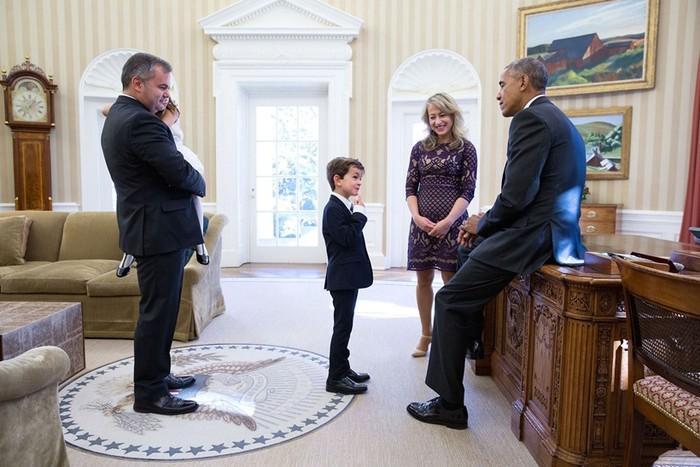 Foto ini diambil tanggal 10 November 2016, presidenBarack Obama mengundang keluarga Alex asal New York di kediamannya. Sebelumnya Alex mengirimi surat untuk Obama terkait konflik di Suriah. Dalam suratnya Alex melihat Daqneesh, anak kecil yang terluka duduk termenung di ambulan. Hal tersebut membuat Alex tersentuh dan ingin mengangkat Daqneesh jadi saudaranya. Obama pun ingin mendengar ceritanya.(Foto: The White House/Medium)