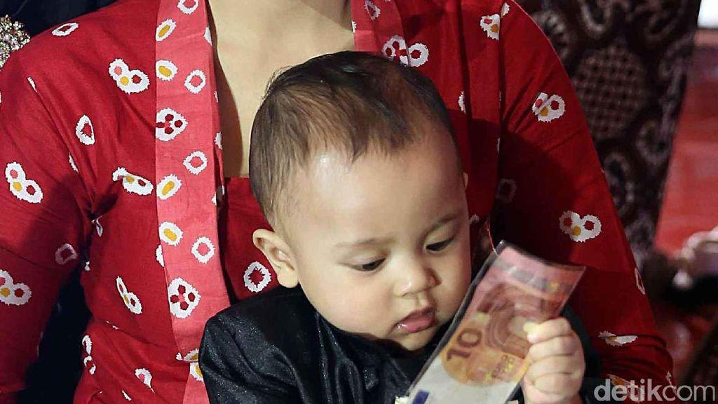 Lucunya Putra Ahmad Dhani Mainan Uang saat Tedak Siten