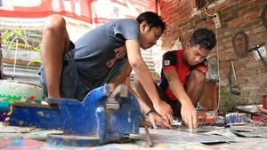 Bantu Sesama, Kelompok Difabel Bandung Produksi Tangan-Kaki Palsu