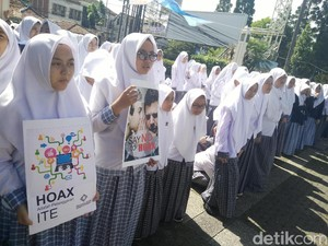 Ratusan Siswa Darul Hikam Bandung Serukan Say No To Hoax