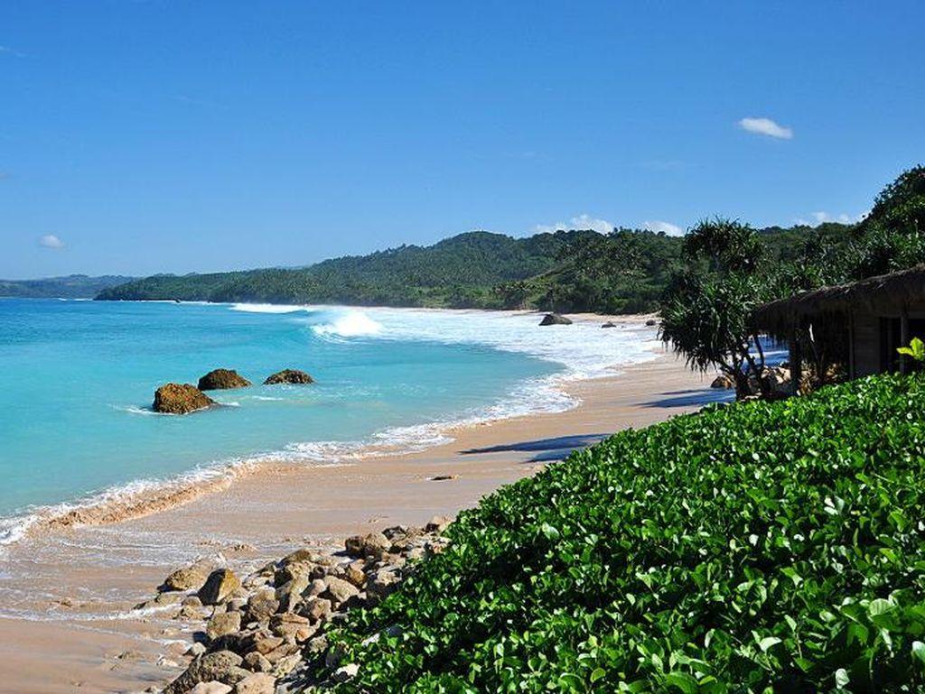 5 Pantai dengan Ombak Indah yang Wajib Masuk Check List Kamu!