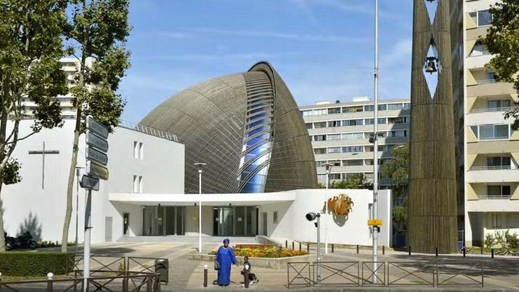 Unik! Gereja Mirip UFO Ada di Dekat Sungai Seine, Paris