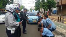 Mangkal di Bahu Jalan Melawai, Sopir Taksi Dihukum Squat Jump