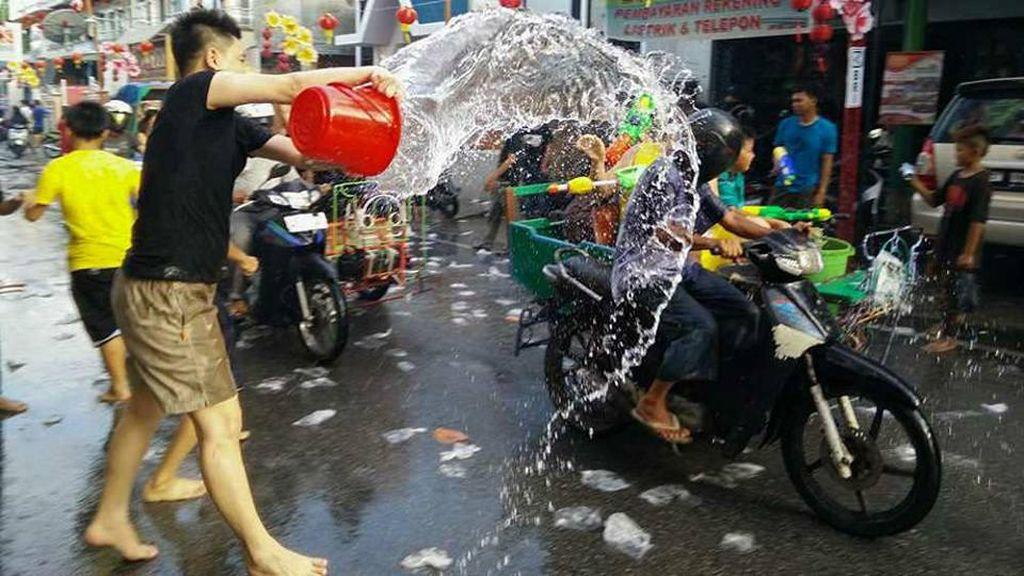Saingi Songkran, Riau Gelar Festival Perang Air Seru di Meranti