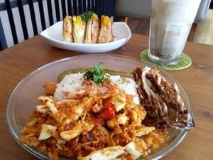 3K Coffee: Enaknya Nasi Bertabur Ayam Suwir Gurih, Kremesan dan Kol Goreng
