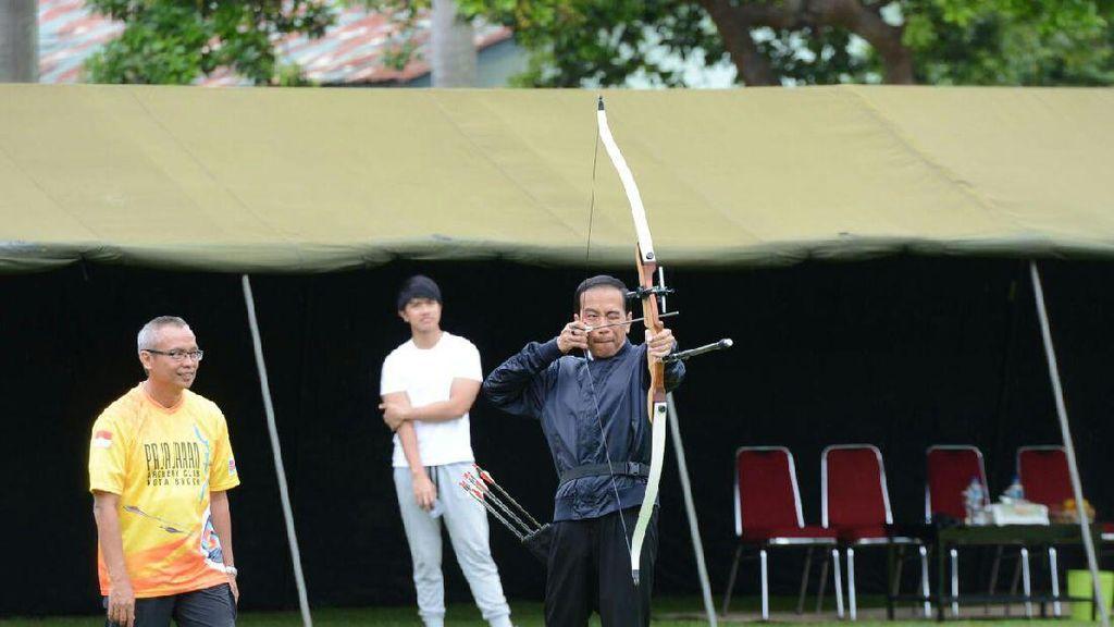 Jadi Peserta Lomba Panahan, Jokowi Pakai Nomor Dada 16