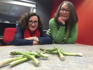 Wow, Wanita Ini Gunakan Asparagus Sebagai Media Ramal!