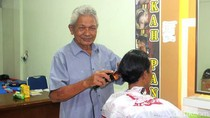 Gigihnya Pak Yahya, Tukang Cukur Rambut yang Putrinya Lulus Akmil