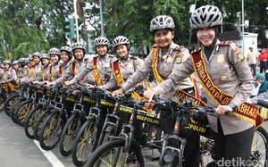 Senyum Ramah Polwan Bersepeda Bikin Adem CFD