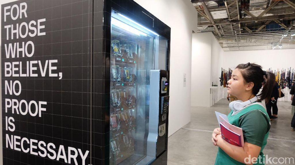Unik! Vending Machine Ini Keluarkan Karya Seni di Art Stage Singapore 2017