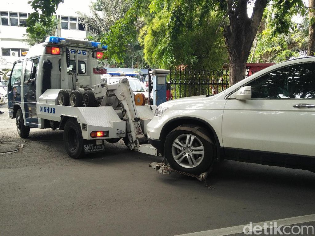 7 Mobil Diderek Gara-gara Parkir Sembarangan di Kelapa Gading
