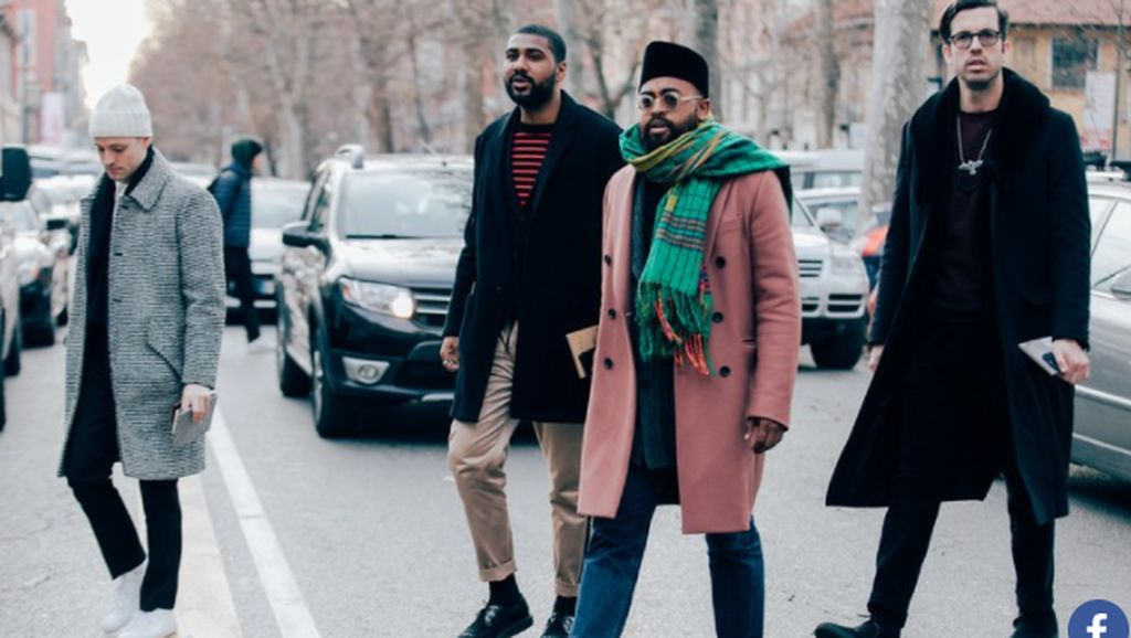 Pakai Sarung dan Peci Pria Ini Masuk Street Style Terbaik di Milan
