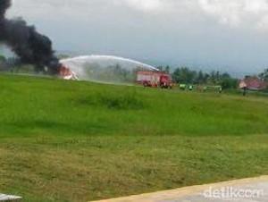 Pesawat Latih yang Terbakar di Bandara Blimbingsari Dievakuasi