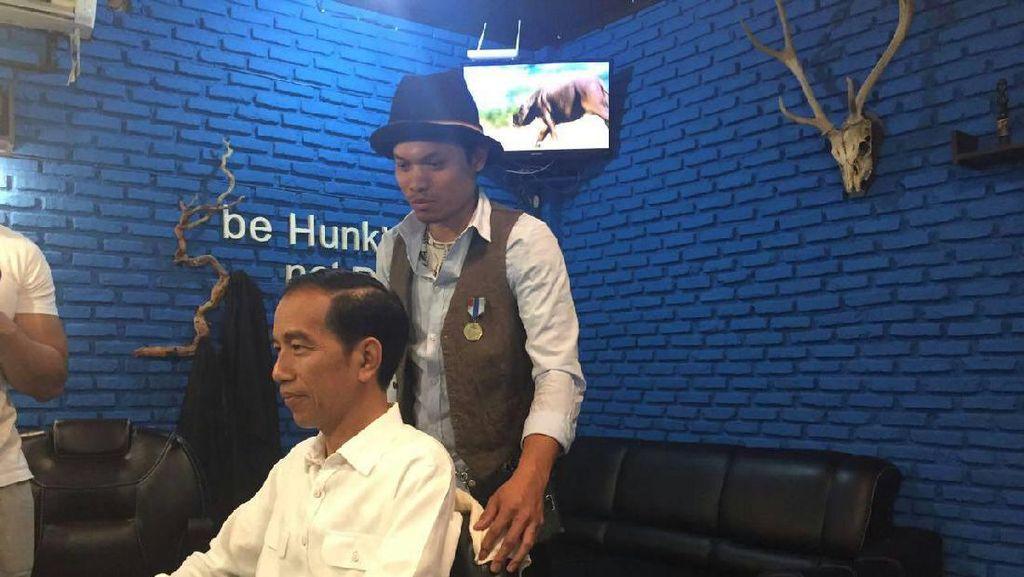 Saat Jokowi Cukur Rambut di Barbershop Anak Muda
