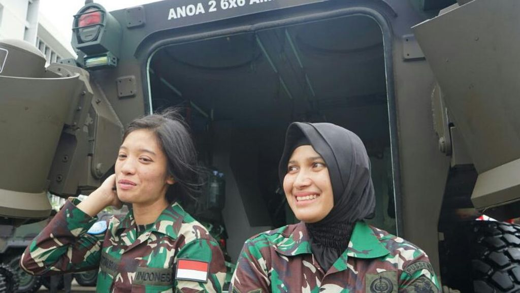 Ini Dua Kowad Cantik yang Sopiri Jokowi Naik Panser Anoa Amphibi