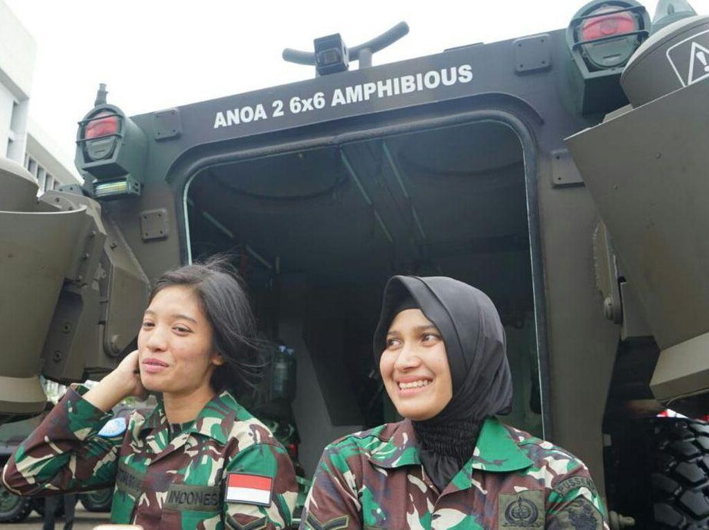 Ini Dua Kowad Cantik yang Sopiri Jokowi Naik Panser Anoa Amfibi