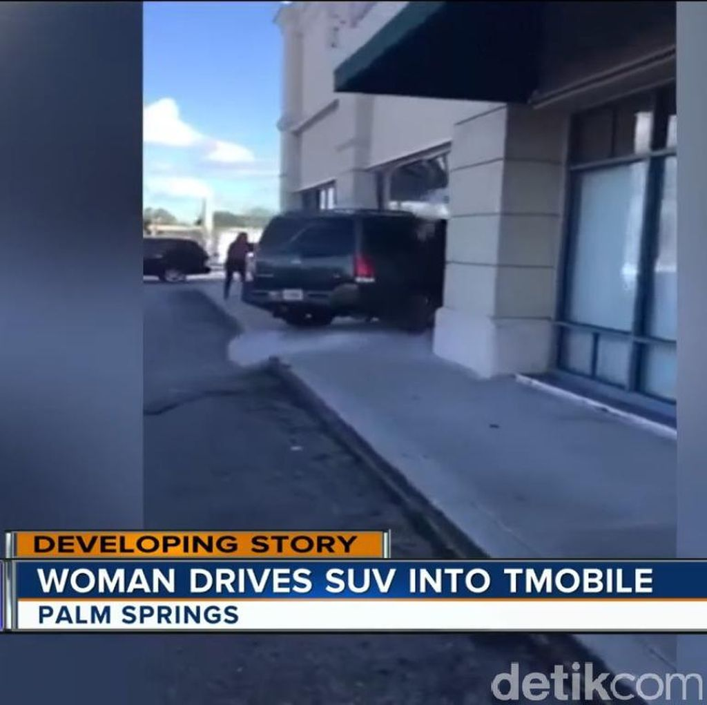 Gagal Dapat iPhone Gratis, Wanita Ini Tabrakkan Mobil ke Toko