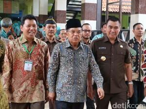 Wapres JK Jenguk Hasyim Muzadi di RS Lavalette Malang