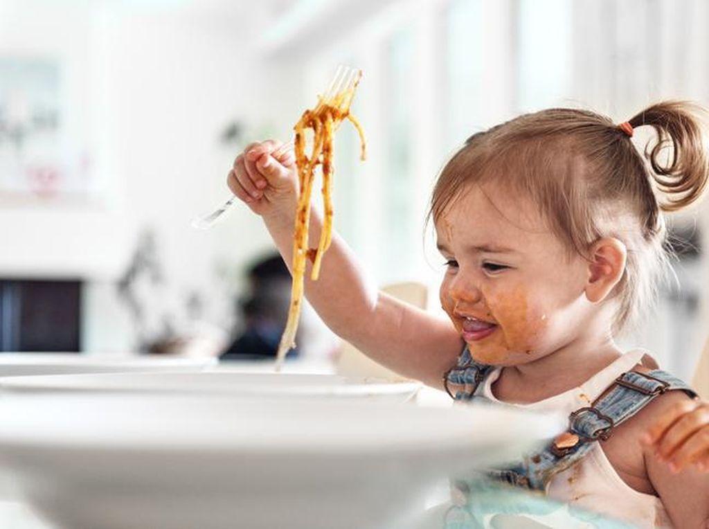 Anak Dikasih Makan Sendiri Nggak Mau, Maunya Punya Bundanya...