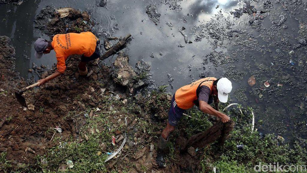 Pasukan Oranye Bersihkan Lumpur Sungai Cagak Tambora