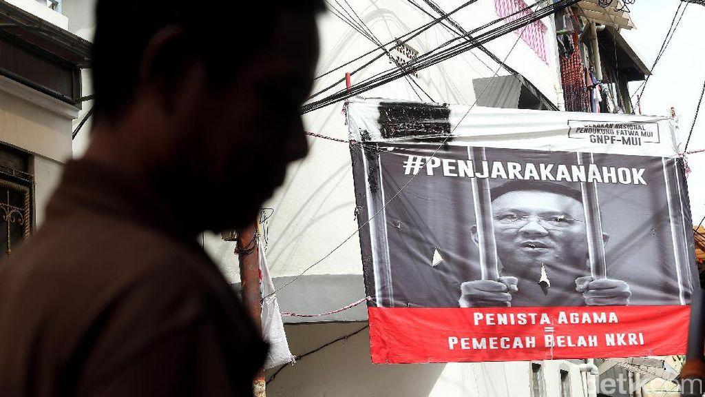 Spanduk Penjarakan Ahok Terpasang di Jalan Tanah Sereal