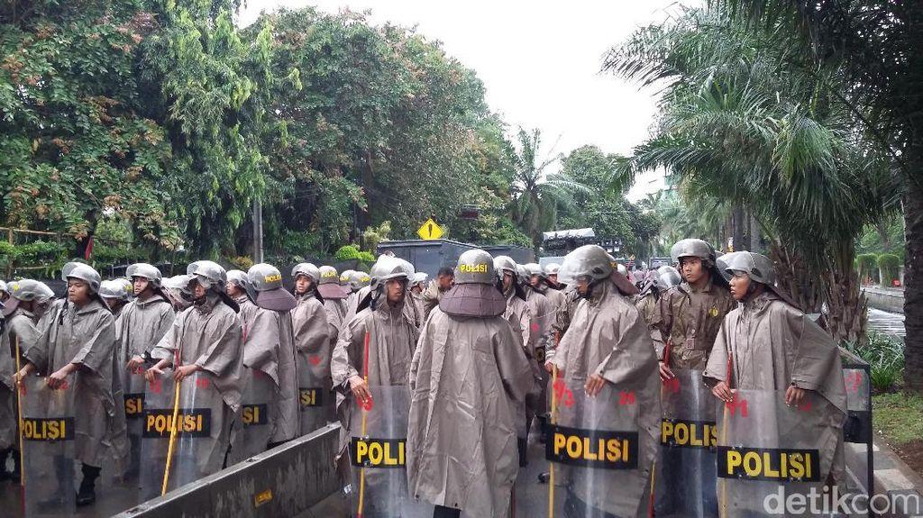 Gerimis, Polisi Pakai Jas Hujan Amankan Sidang Ahok