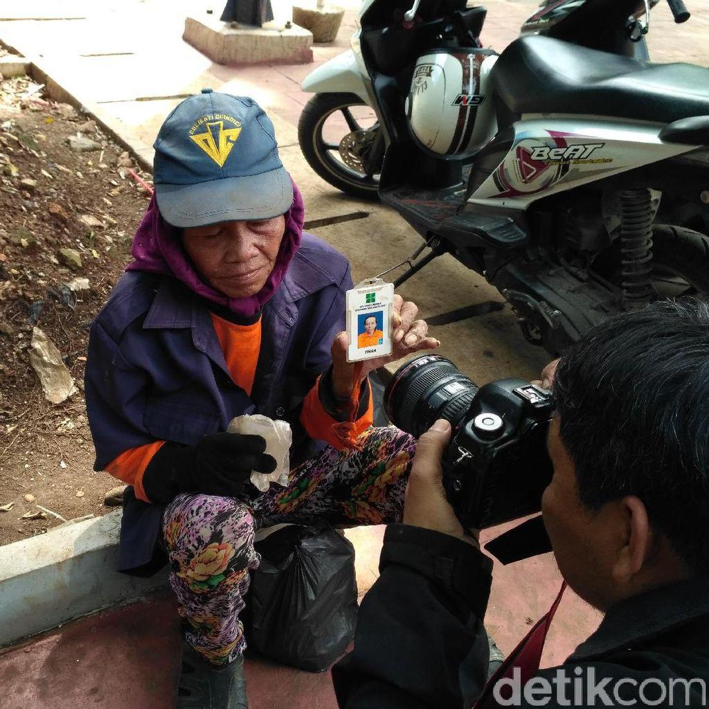 Kecewanya Nenek Tinah Tak Lagi Bekerja Jadi Pasukan Oranye
