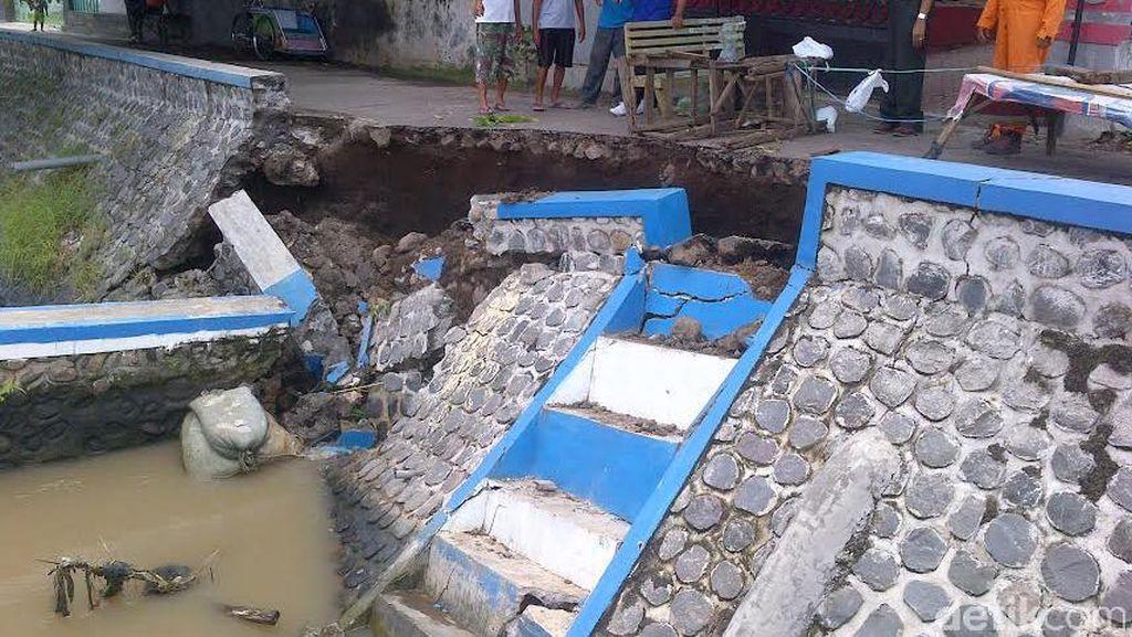 Tangkis Sungai Dekat Pemukiman Ambrol Resahkan Warga