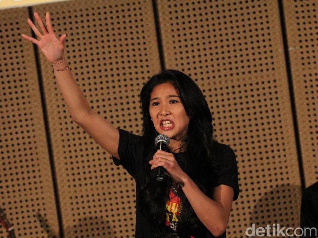 Bukan Seorang Demonstran, Olivia Zalianty Protes Lewat Puisi