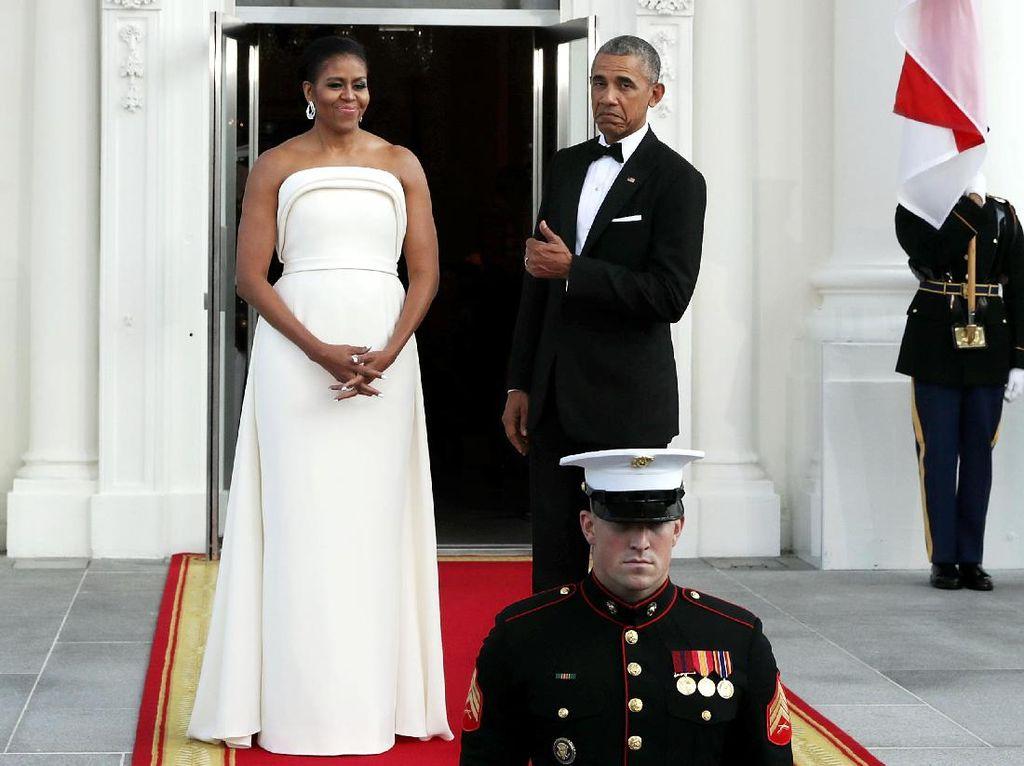 Foto: Gaya Anggun Michelle Obama Pamer Bahu Atletis