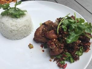 Di <i>Plate by Plate</i> Bisa Cicip Ayam Goreng Bumbu Rempah yang Sedap