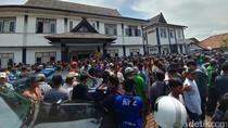 Massa Petani Keramba Geruduk Kantor Kecamatan Jatiluhur