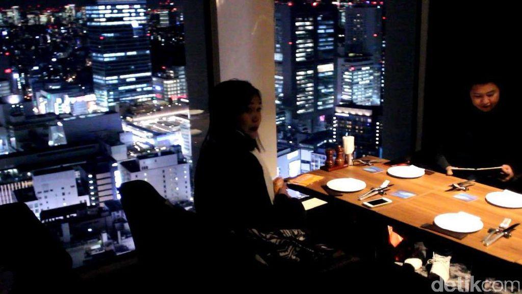 Santai Sambil Melihat Suasana Malam Tokyo dari Ketinggian