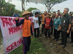 Gubernur Ganjar Dihadang Petani Demak yang Sawahnya Kebanjiran