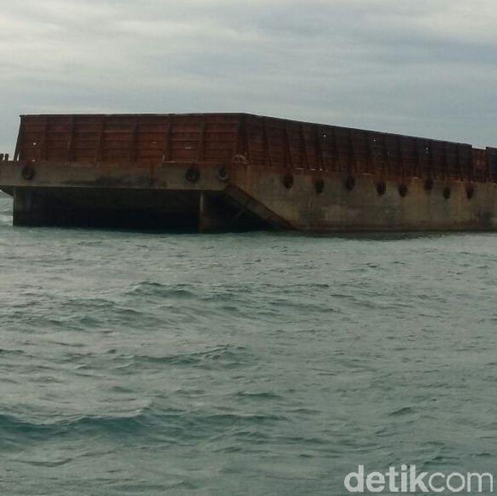 Sebuah Kapal Tongkang Kandas di Perairan Kepulauan Seribu