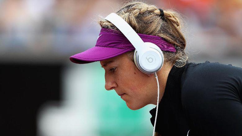 Azarenka Tonton Federer Lewat Siaran Televisi Sambil Asuh Anak