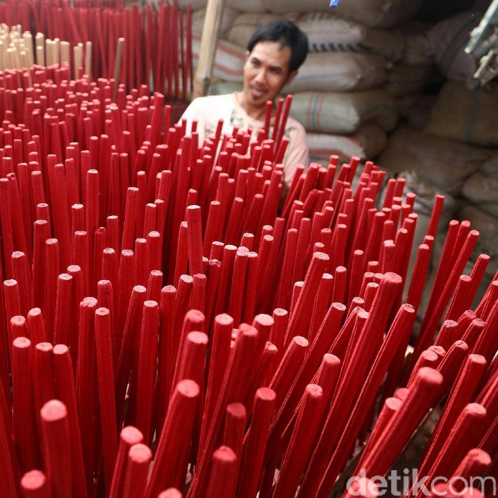 Jelang Imlek, Perajin Dupa Tingkatkan Produksi