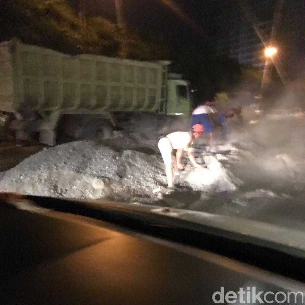 Lalin Tol JORR Arah Pondok Pinang Macet 25 Km Imbas Truk Terguling