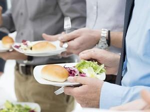 Lebih Baik Makan Sambil Duduk, Berdiri, atau Berbaring?