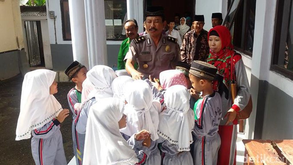 Melihat Sekolah Gratis Milik Seorang Polisi Di Banyuwangi