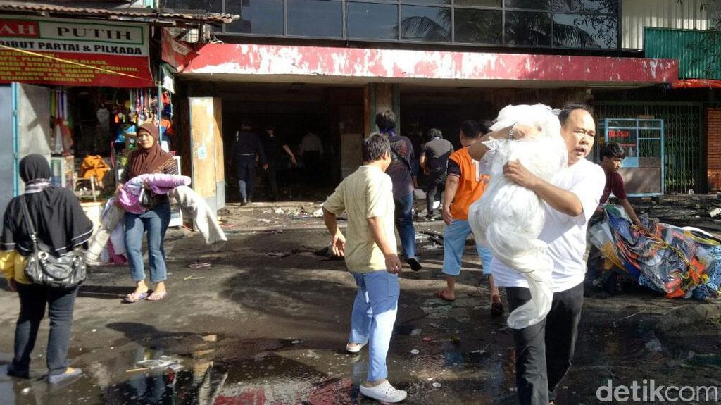 Foto-foto Pedagang Pasar Senen Selamatkan Barang