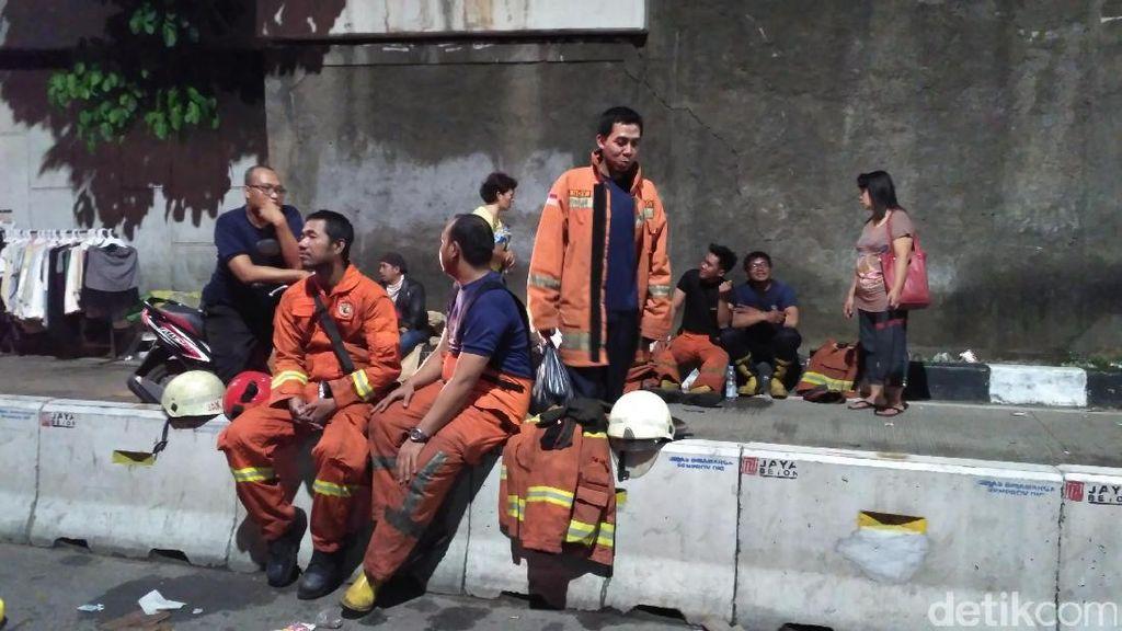 Petugas Damkar yang Padamkan Api di Pasar Senen Bekerja 24 Jam