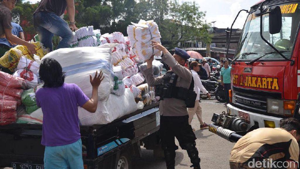 Bantu Evakuasi Dagangan, Brimob Jaga Pasar Senen dari Penjarahan