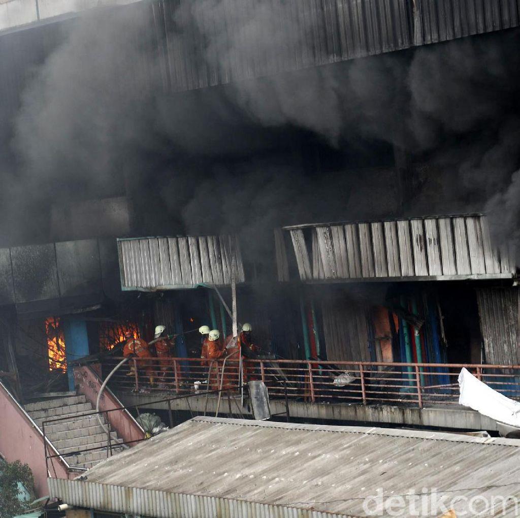 Aksi Heroik Petugas Pemadam Kebakaran di Pasar Senen