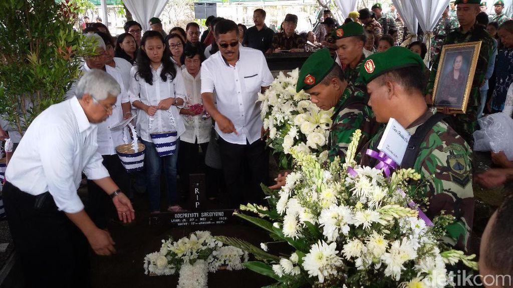 Jenazah Supriyati Istri Kolonel Sugiyono Dimakamkan