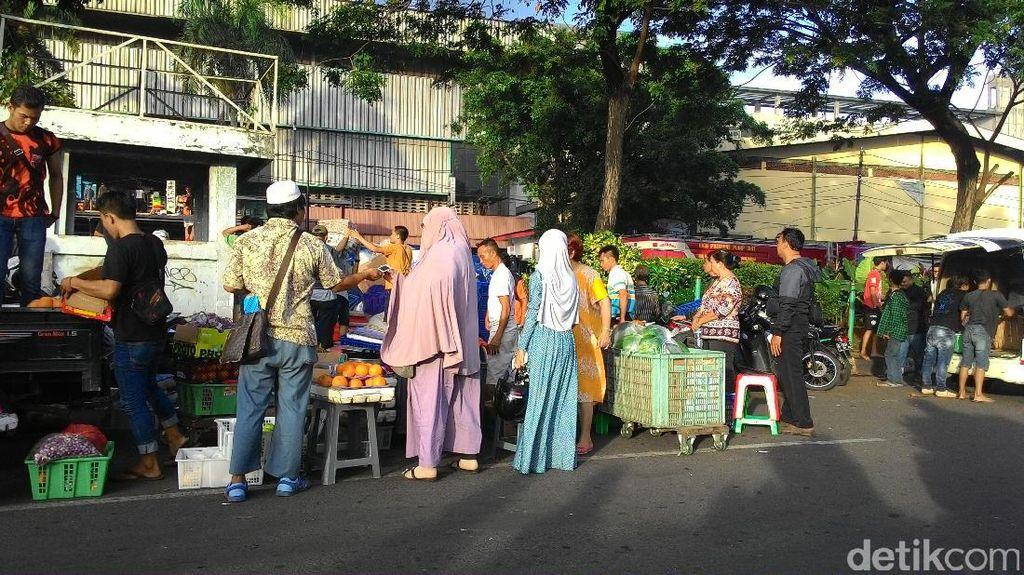 Kebakaran Meluas, Pedagang di Pasar Senen Panik Selamatkan Barang