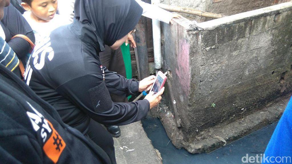 Sylviana Potret Saluran Mampet yang Bikin Banjir di Kramat Pela