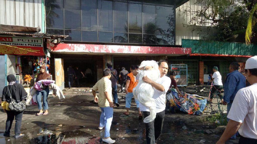 Api Belum Padam, Pedagang Dilarang Ambil Barang dari Dalam Pasar